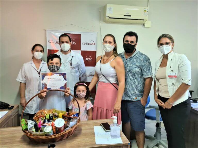 Rifa de Páscoa criada por menino de 9 anos beneficia Hospital Santa Luzia